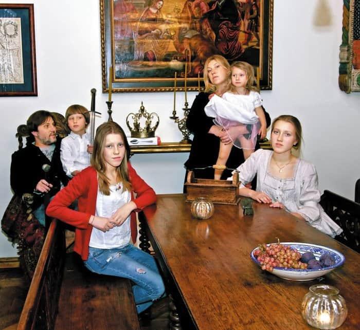 Семья художника: супруга Юлия и дети Федя, Глаша, Оля и Марфа
