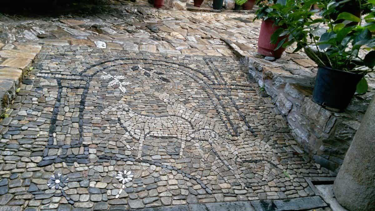 Дохиар. Мозаика на тротуаре.