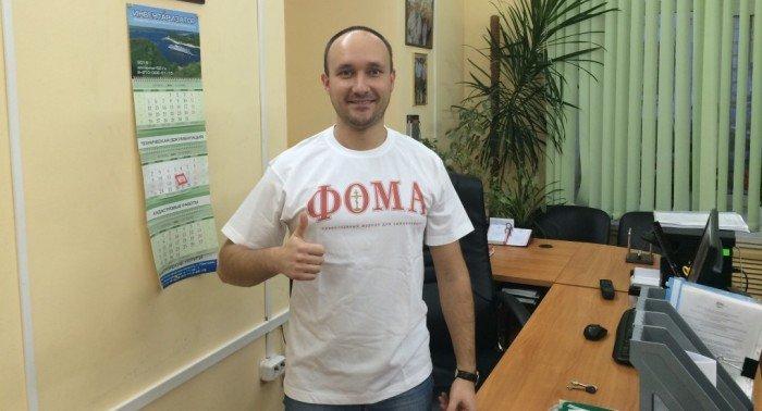Победитель конкурса подписки получил в подарок футболку