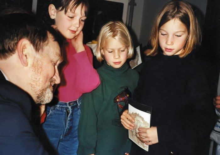 . Борис Дтодоров подписывает книги детям. Германия. Баденвайлер. 1994