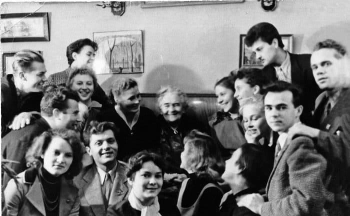 О. Л. Книппер-Чехова со студентами Школы-студии МХАТ. Справа от Ольги Леонардовны— Карина Филиппова. 1950-е гг.