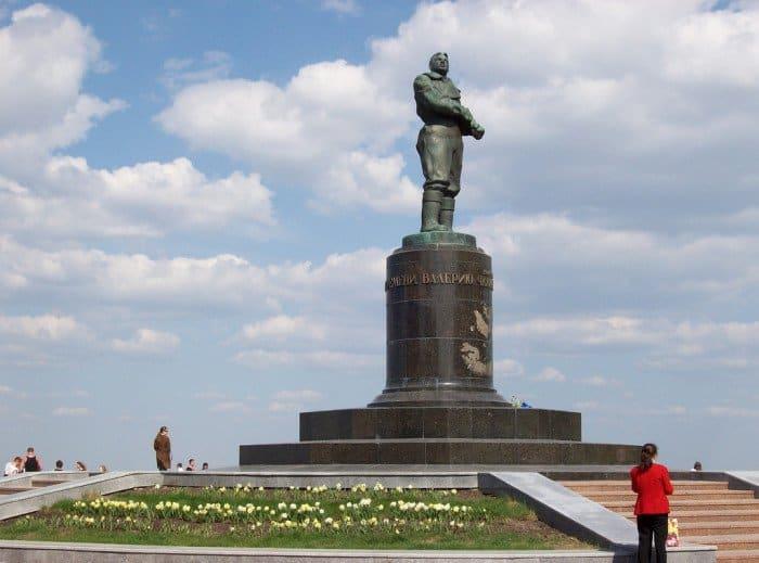 Памятник Валерию Чкалову flickr.com