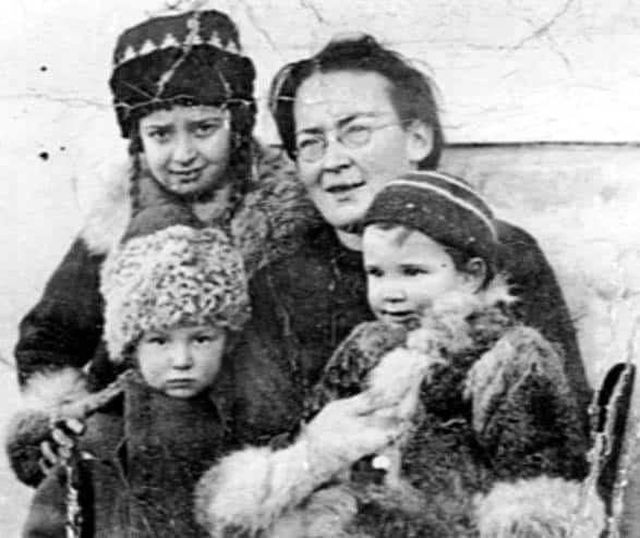 Елизавета Скобцова с детьми по прибытии во Францию