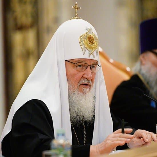 Патриарх Кирилл призвал усилить борьбу с рекламой алкоголя и торговлей спайсами