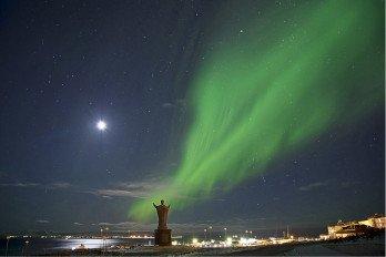 Северное сияние Памятник Святителю Николаю_Фото Вадима Матвеичева