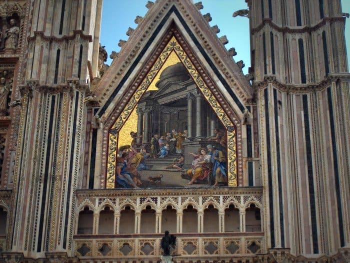 Введение Марии во храм. Мозаика фасада фасада собора в Орвието, Италия