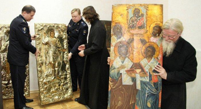 Более 140 старинных икон костромские полицейские передают Церкви