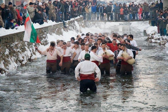 27 ярких крещенских фотографий из разных стран мира