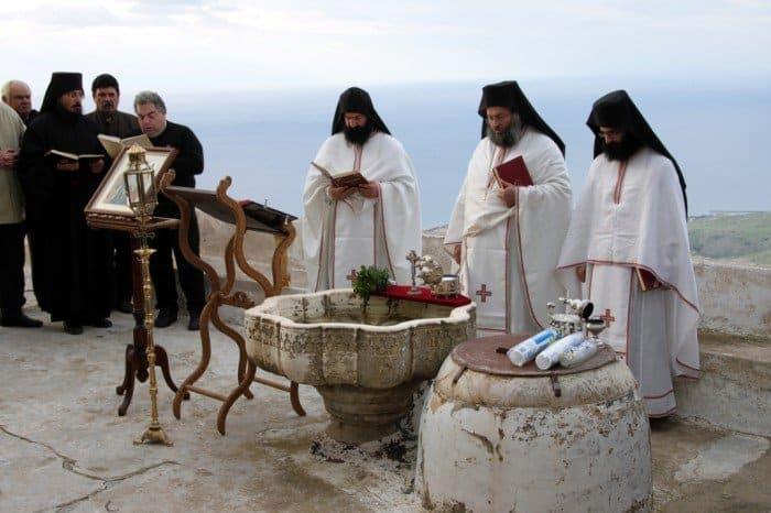 Крещенские купания в Греции. Фото Klearchos Kapoutsis from Santorini