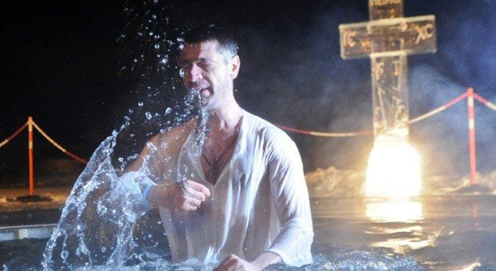 Около 2 миллионов россиян приняли участие в крещенских купаниях