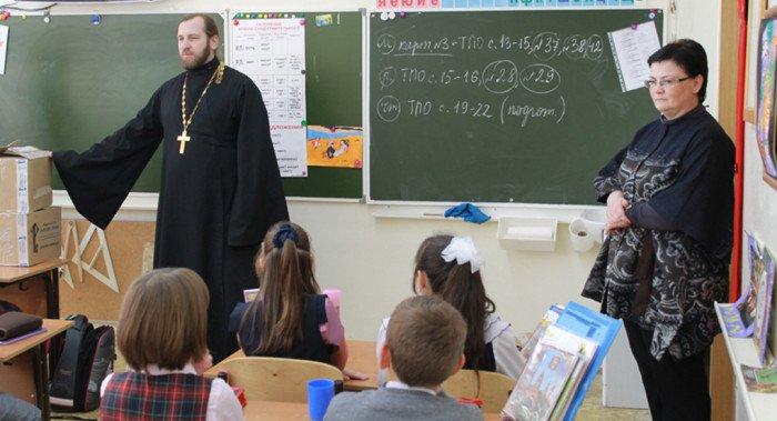 Более половины россиян «за» изучение основ религий в школе