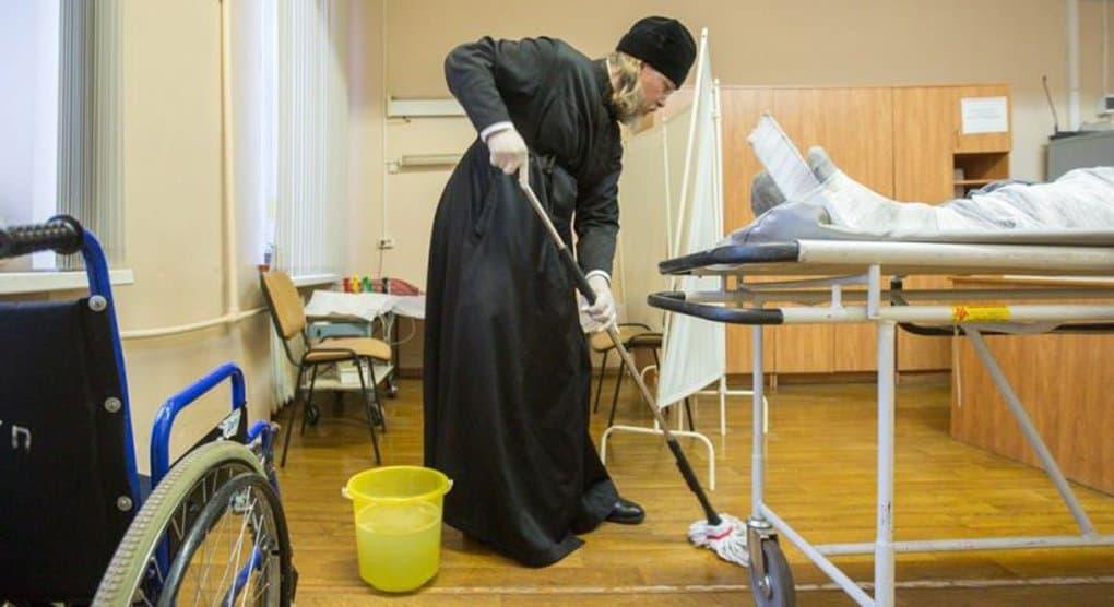 Митрополит Рязанский Марк вместе с семинаристами убрался в больнице