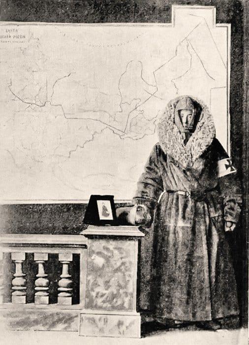 Сестра милосердия Кэт Мардссен на фоне карты ее путешествия по Сибири. 1892