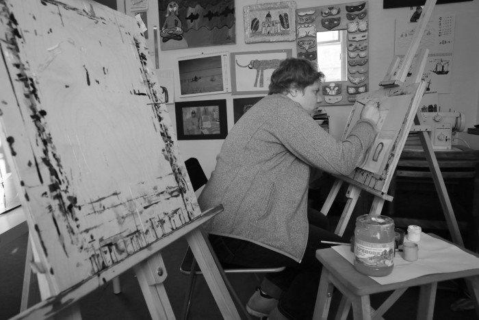 Алена Трубихина. «Алена мечтает о персональной выставке, и это для неё сейчас большой стимул, чтобы трудиться. Ради выставки она готова рисовать на мольберте, хотя не любит этого».