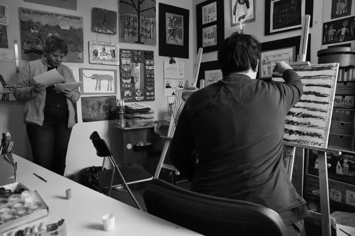 Савва Плеханов и Вероника Павленко. Студия «Особые художники» сейчас готовит книгу по конструктивизму, в ней будут ткани, плакаты, разные виды искусства. Савва делает эскиз для ткани. Он — ученик студии, самый юный её участник