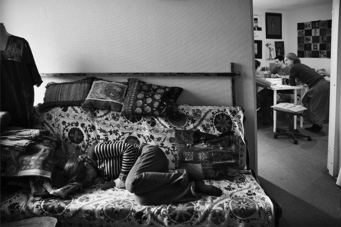 Ксения Кулак. «В этот день во время занятия Ксюша заболела и потому лежит. На самом деле, если написать, что у нее два любимых занятия — есть и спать, это будет правда, она сама так говорит. Еще она любит читать, недавно нашла томик Цветаевой, и мы не могли её оторвать, так и читала всё занятие. Рисование для нее не является способом коммуникации. Она часто спрашивает: «А куда это пойдет?» И это значит: «Зачем я это делаю? С какой целью?»
