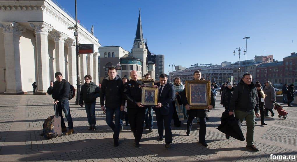 По вокзалам Москвы идут крестным ходом и с молитвой о мире