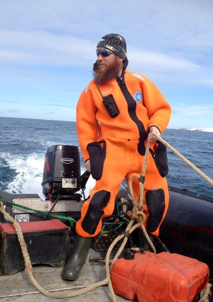 Вожу орнитологов по островам,где они пересчитывают пингвинов и гнезда птиц