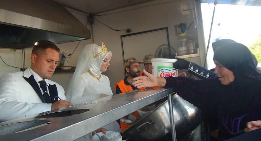 Вместо пышного застолья молодожены из Турции накормили 4 тысячи беженцев