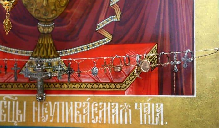Зачем на иконы вешают ювелирные украшения?