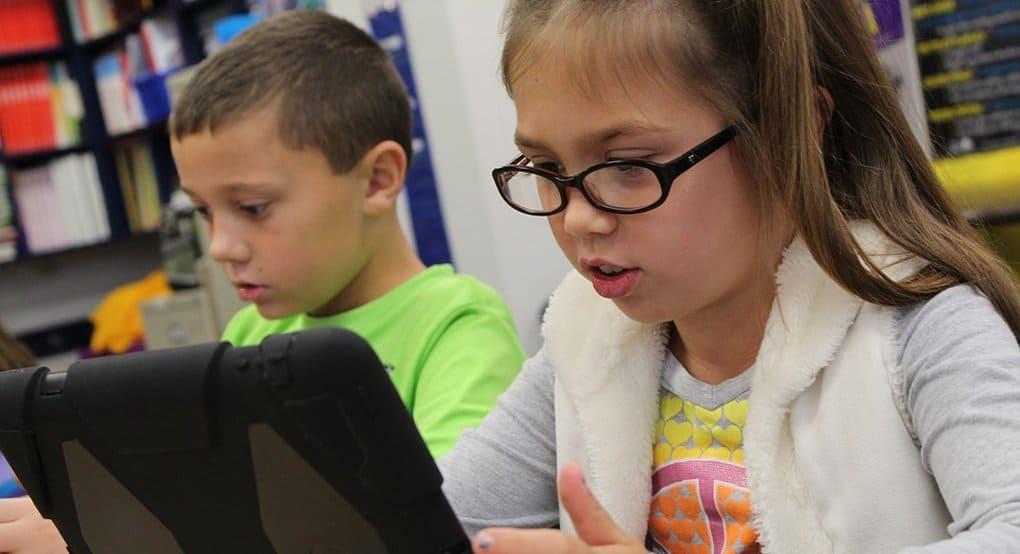 Родителям посоветовали давать детям играть на компьютере не более 3 часов в день