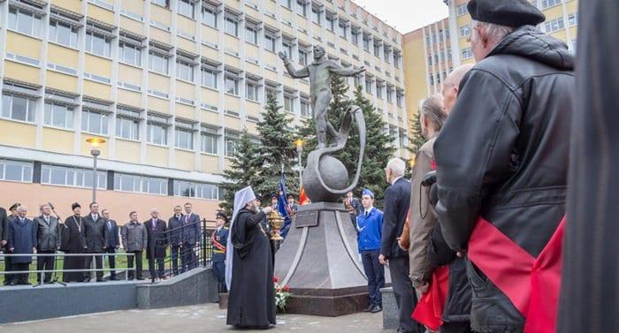 Памятник Юрию Гагарину освятили на ижевском мотозаводе