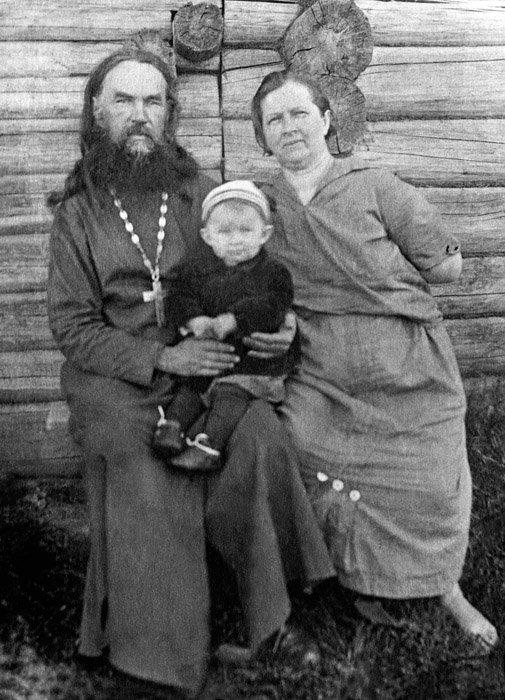 Протоиерей Сергий с супругой Александрой Васильевной и внучкой до ареста.