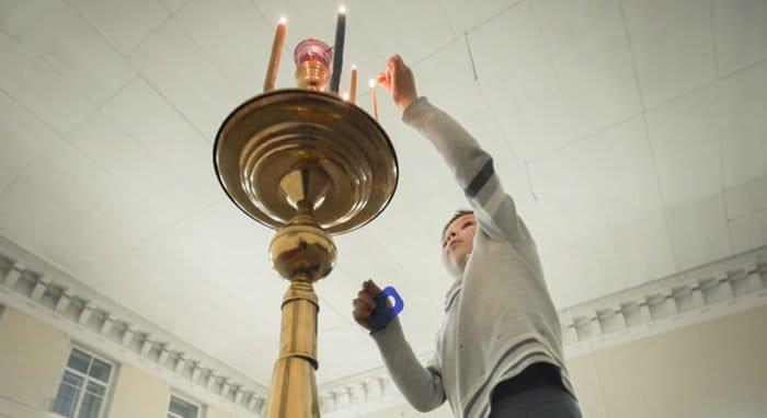 Более половины россиян полагаются в жизни на помощь Божию, - опрос