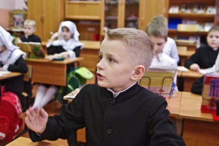 Урок во втором классе. Детям здесь интересно учиться — еще и потому, что они не боятся задавать вопросы. На уроке подчас бывают разговоры не только по изучаемой теме, но и просто о жизни.