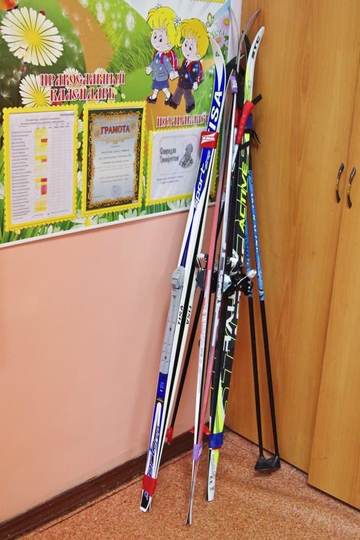 Спорт здесь играет важную роль - в том числе и потому, что духовник гимназии, священник Андрей Лызлов, с 2006 года ведет здесь уроки физкультуры. Зимой ребята занимаются лыжами, успешно участвуют в районных и областных соревнованиях.