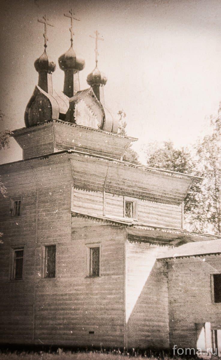 «Лета 7196 (1688 г.) апреля в …». Это – дата освящения храма. Подобных находок среди множества русских деревянных церквей до того было известно всего две (Никольская трапезная церковь Муезерской пустыни Соловецкого монастыря 1602 год и храм Успения Богородицы в Александро-Куштском монастыре)