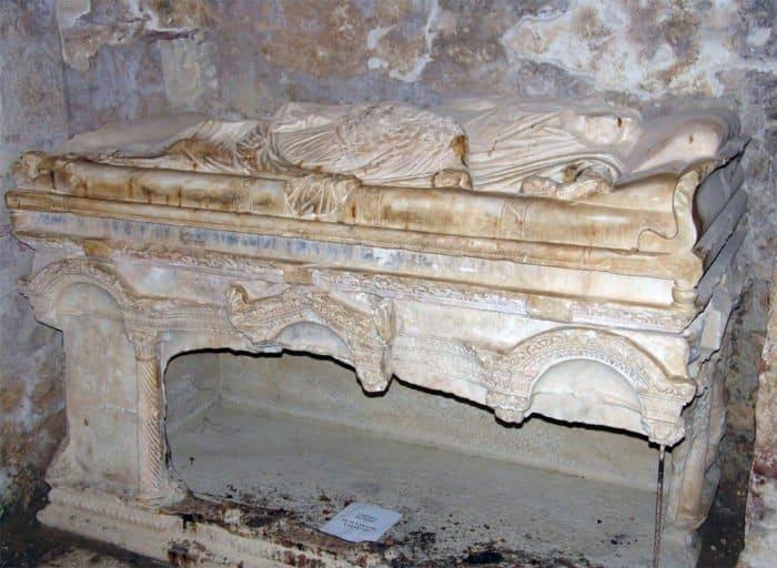 Саркофаг, в котором находились мощи святителя Николая