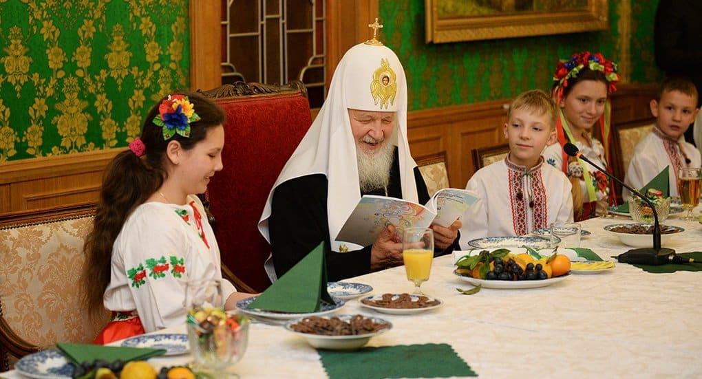 Патриарх Кирилл лично читает письма от верующих