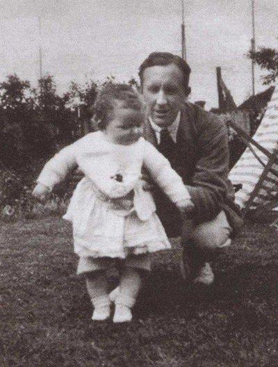 Толкин с дочерью Присциллой. 1930 г.