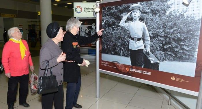 Пассажирам «Шереметьево» представили выставку «Герои на все времена»