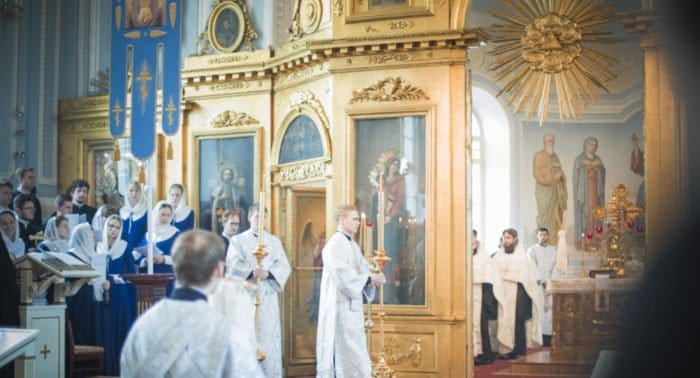 Как сегодня, 9 июня 2016, проходит служба в церкви