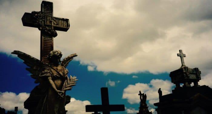 Обязательно ли в Прощеное воскресенье посетить кладбище?