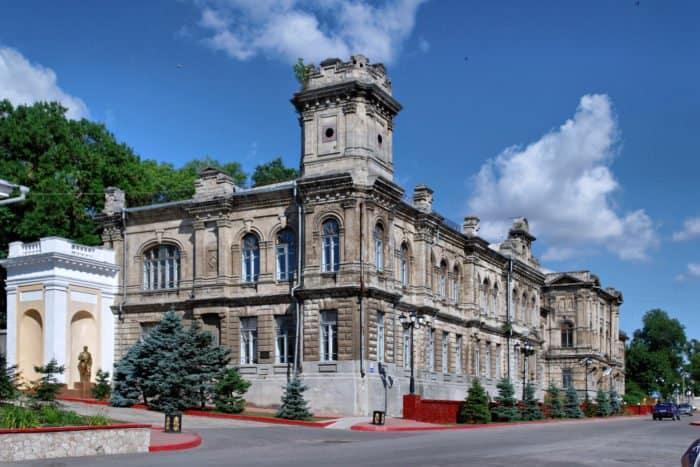 Здание бывшей Керченской женской гимназии. Постройка второй половины XIX века. Фото Alexxx Malev