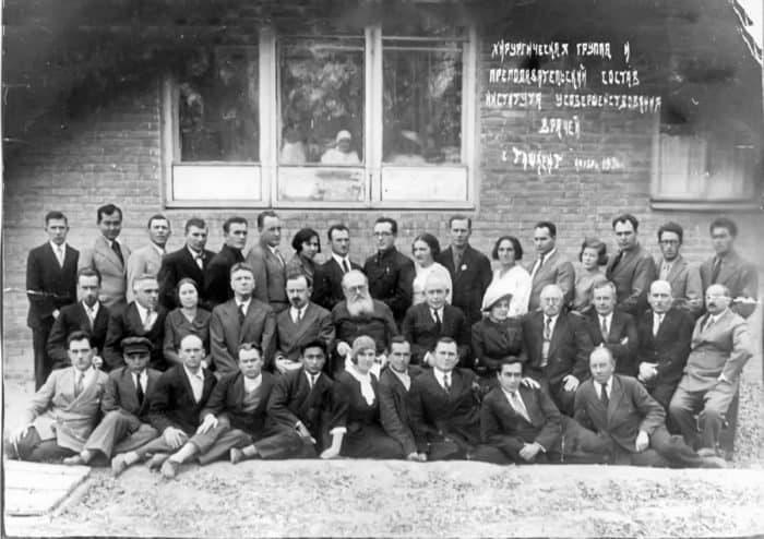 Преподаватели Института усовершенствования врачей. Епископ Лука - в центре. Ташкент, 1936