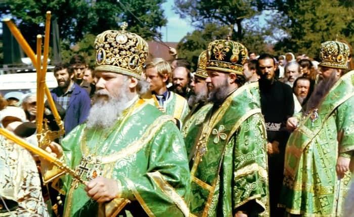 Патриарх Алексий II возглавляет богослужение по случаю второго обретения мощей преподобного Серафима. 1991 г.