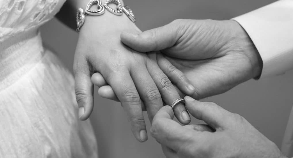 На каком пальце носить обручальное кольцо?