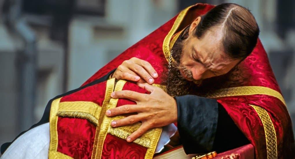 При подозрении на патологию, священник должен направить человека к психиатру, - эксперт