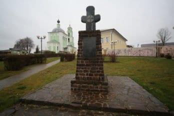 В мемориальном парке установлена копия  козельского креста. Фото Владимира Ештокина