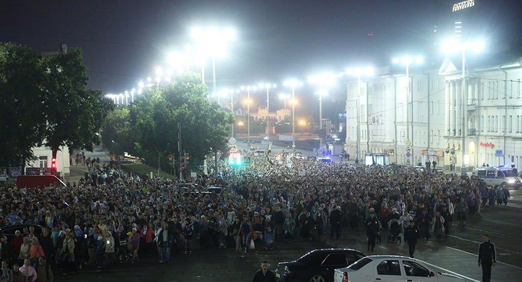 Тысячи екатеринбуржцев прошли ночным крестным ходом в память о царской семье