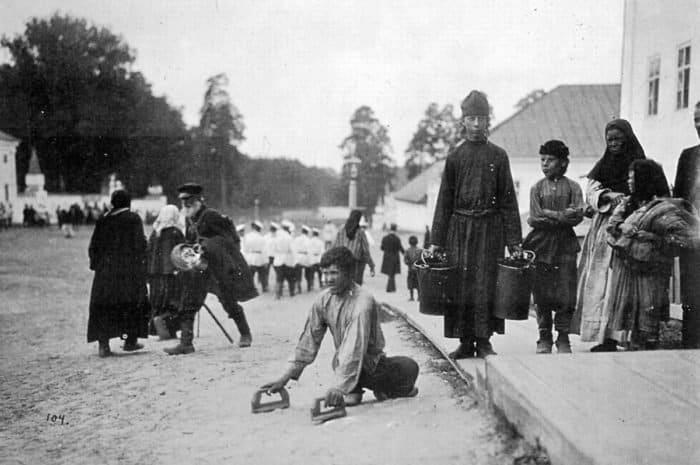 Паломники, пришедшие к монастырю в надежде исцелиться. 1903