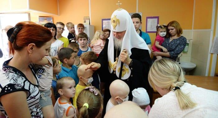 Патриарх Кирилл снова попросил не дарить ему цветы, а пожертвовать деньги больнице