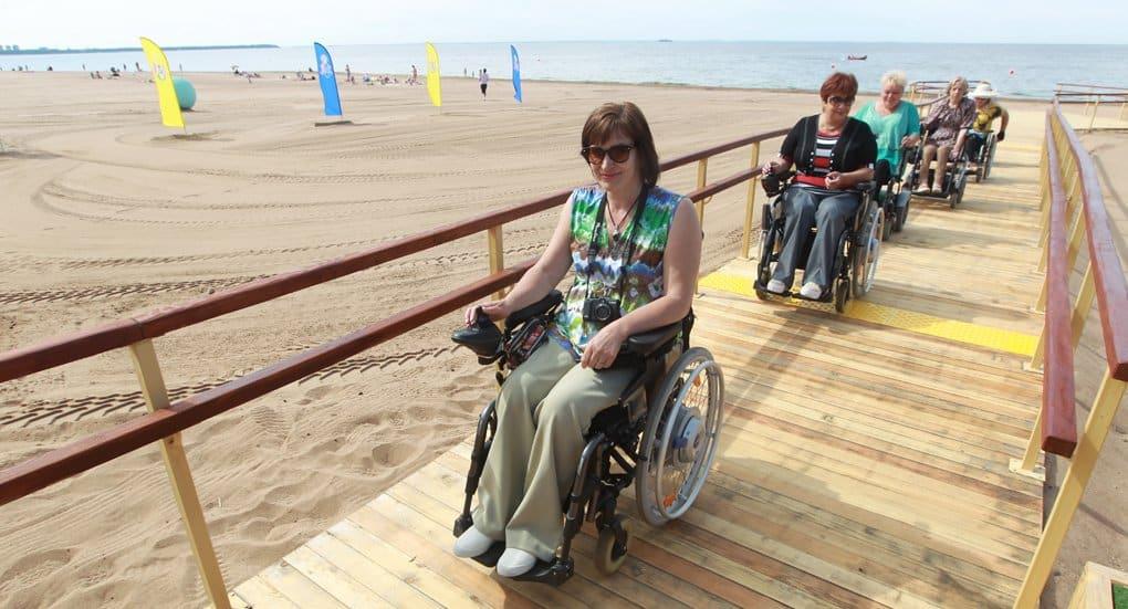 Первый северо-западный пляж для инвалидов открыли в Петербурге