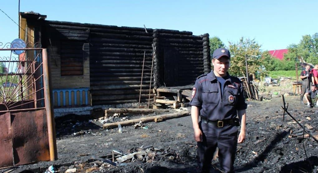Костромской полицейский спас из пожара семью с младенцем
