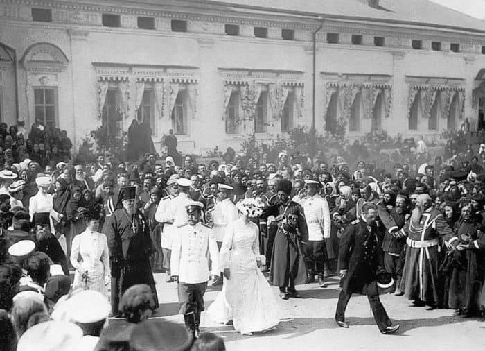 p Николай II и Александра Федоровна в Дивееве. Чуть позади императора — архимандрит Серафим (Чичагов). 1903