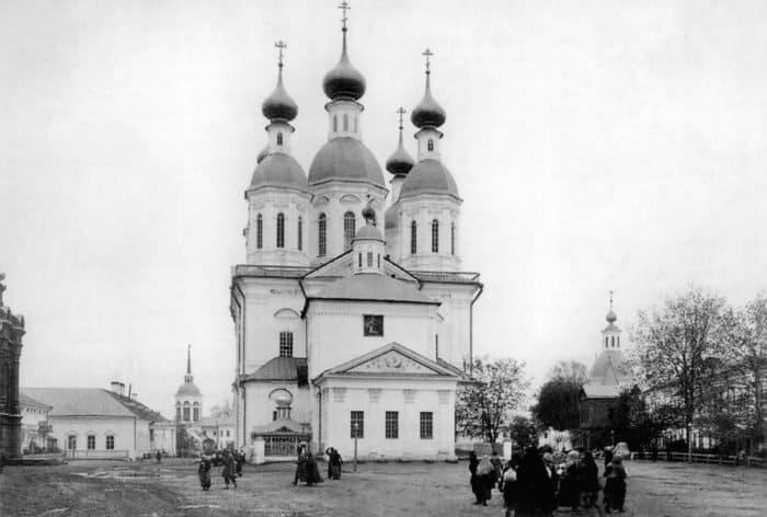 Многочисленные паломники прибывают вСаров иотсюда идут пешком вДивеево на поклонение мощам. 1903